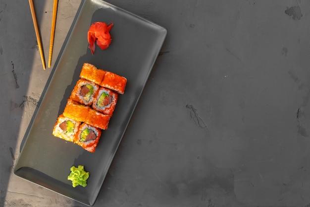 California sushi roll podana na szaro