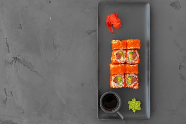 California sushi roll serwowane na szarym tle