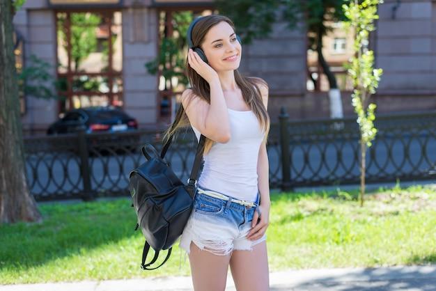 Całkiem atrakcyjna czarująca urocza radosna pozytywny łup fajna fascynująca w lekkim, nowoczesnym stroju ona jej studentka używa technologii bezprzewodowej do relaksującego wypoczynku