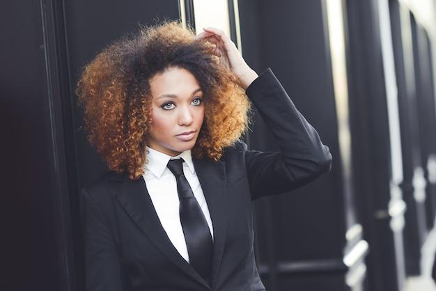 Całkiem businesswoman dotykając jej włosy