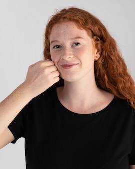 Całkiem dorosła kobieta nauczania języka migowego