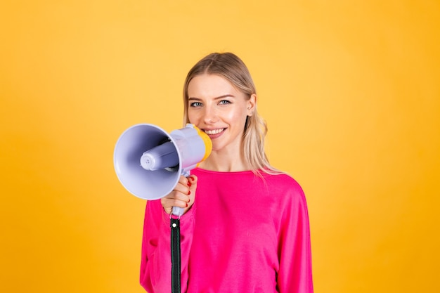 Całkiem europejskiej kobiety w różowej bluzce na żółtej ścianie