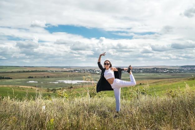 Całkiem kaukaski dziewczyna odpoczynek i relaks w kwitnących polach w okresie letnim. styl życia