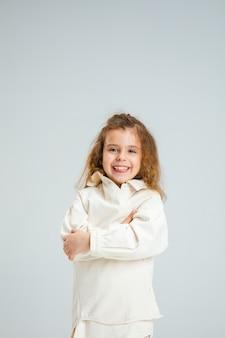 Całkiem kaukaski portret dziewczyny na białym tle na białej ścianie z copyspace