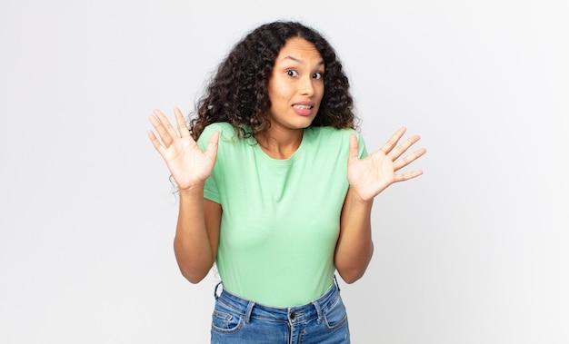 Całkiem latynoska kobieta, która wygląda na zdenerwowaną, niespokojną i zaniepokojoną, mówiącą, że to nie moja wina, albo ja tego nie zrobiłem