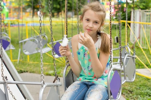 Całkiem mała dziewczynka je watę cukrową