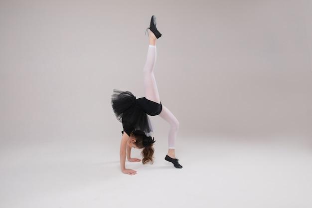 Całkiem mała dziewczynka robi gimnastykę