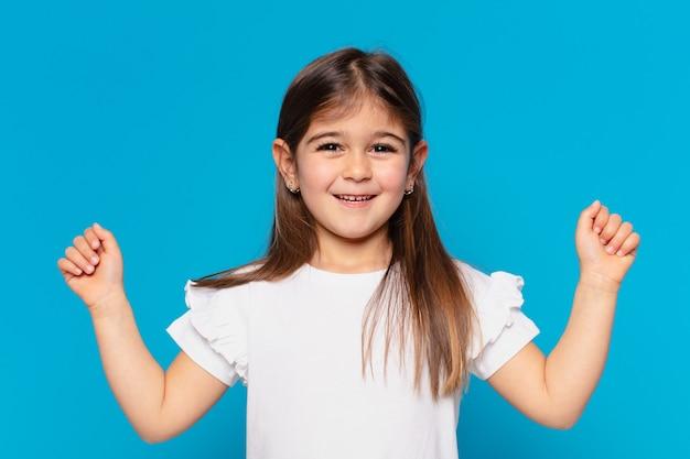 Całkiem mała dziewczynka świętuje sukces!