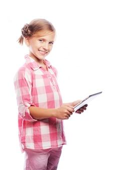 Całkiem mała dziewczynka z komputerem typu tablet