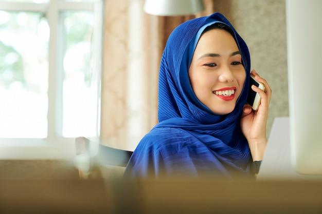 Całkiem muzułmańska kobieta dzwoniąc na telefon