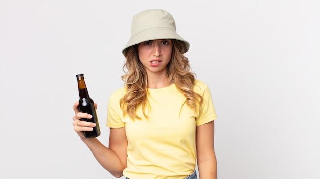 Całkiem szczupła kobieta czuje się zakłopotana i zdezorientowana i trzyma piwo. koncepcja lato