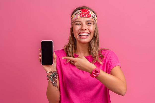Całkiem urocza uśmiechnięta kobieta w różowej koszuli akcesoria w stylu boho hippie uśmiechnięta emocjonalna zabawa pozuje na różowo