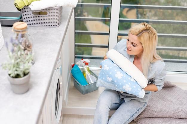 Całkiem uśmiechnięta dziewczyna w pralni