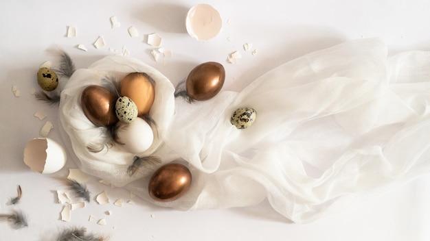 Całkowicie biały. pisanki na białym płótnie. skorupka jajka. koncepcja wielkanocna.