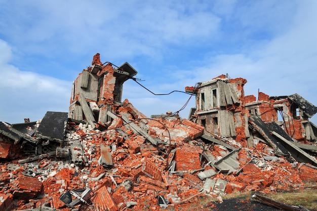 Całkowicie zrujnowany budynek z cegły