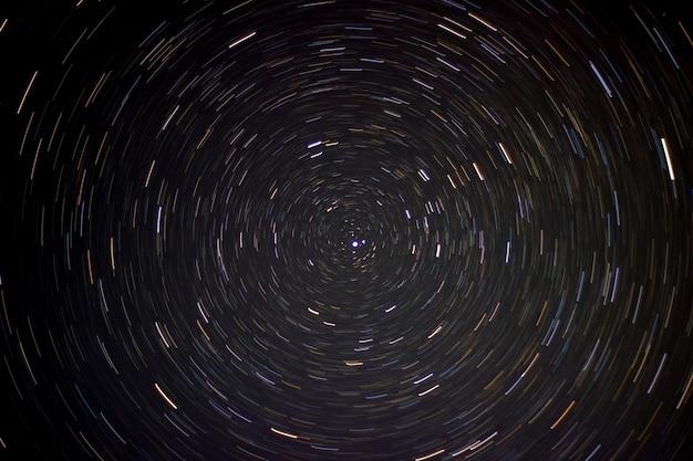 Całkowity przedział czasu śladów gwiazd na nocnym niebie. ekspozycja gwiazdy polarnej