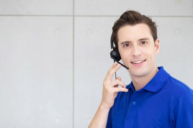 Call center człowiek z zestawem słuchawkowym