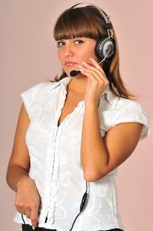 Call center kobieta pozowanie ze słuchawkami i notatnikiem na rękach.