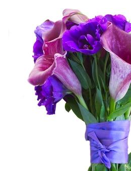 Calla lilly i eustoma bukiet świeżych kwiatów z bliska na białym tle