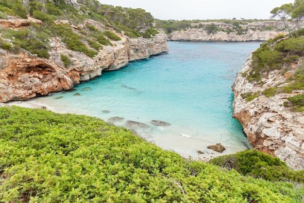 Calo des moro. piękna plaża palma de mallorca, hiszpania.
