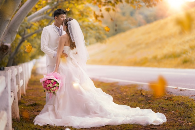 Całowanie szczęśliwej pary małżeńskiej