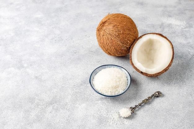 Cały kokos i różne kawałki kokosa