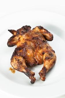 Cały kurczak smażony na drewnianej desce do krojenia