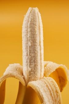Cały obrany banan pół samodzielnie na żółto