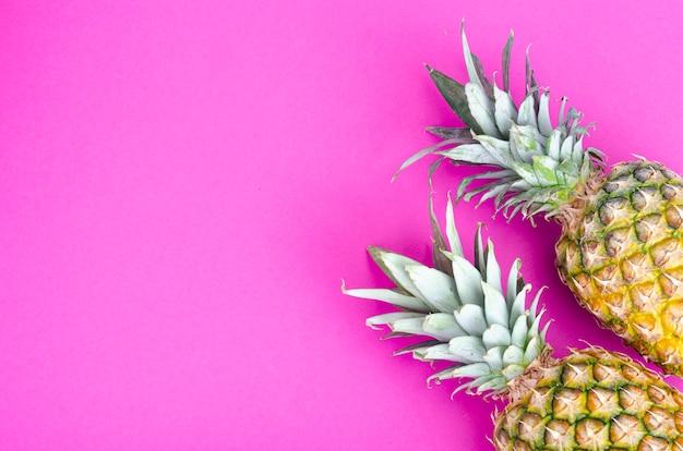 Cały owoc ananasa na jasnofioletowym odcieniu