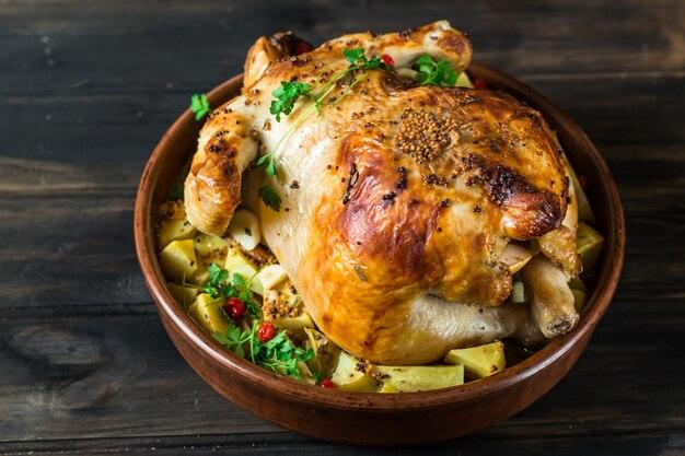 Cały pieczony kurczak, ziemniaki. pieczony indyk. danie świąteczne. święto dziękczynienia.
