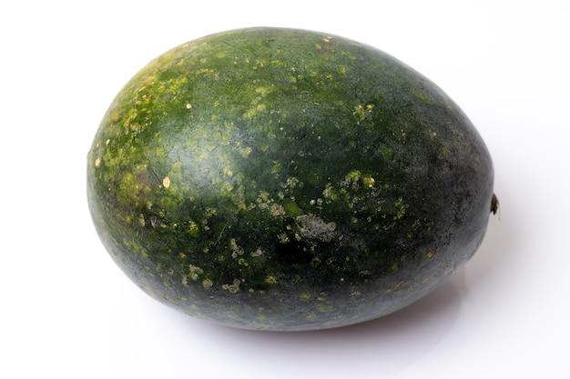 Cały zielony organiczny arbuz bliska wyglądają na białym tle
