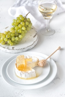 Camembert z miodem, winogronami i białym winem