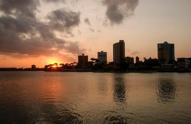 Campina grande paraiba brazylia nocny widok miasta z nowoczesnymi budynkami