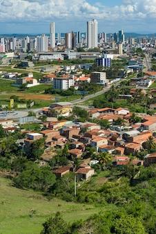Campina grande paraiba brazyliaczęściowy widok miasta ukazujący kontrasty miejskie i społeczne
