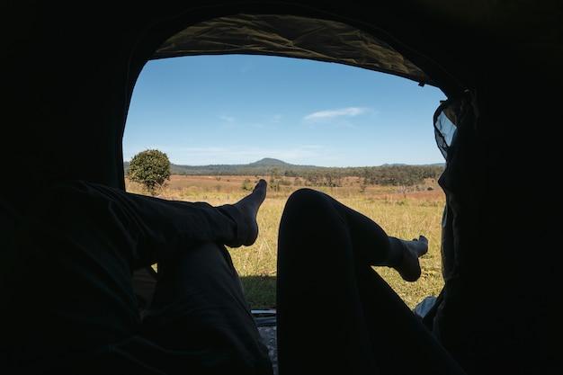 Camping, wakacje, młoda para cieszyć kempingu w namiocie