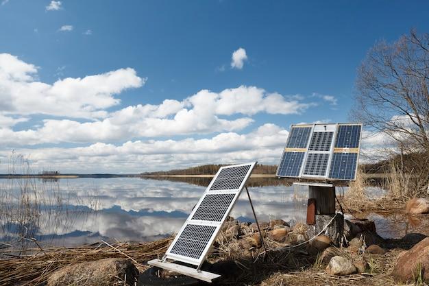 Campingowe panele słoneczne na brzegu.