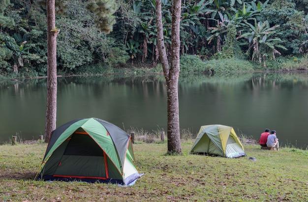 Campingowi namioty blisko jeziora przy ssanie w żołądku oung w mae hong synu, tajlandia