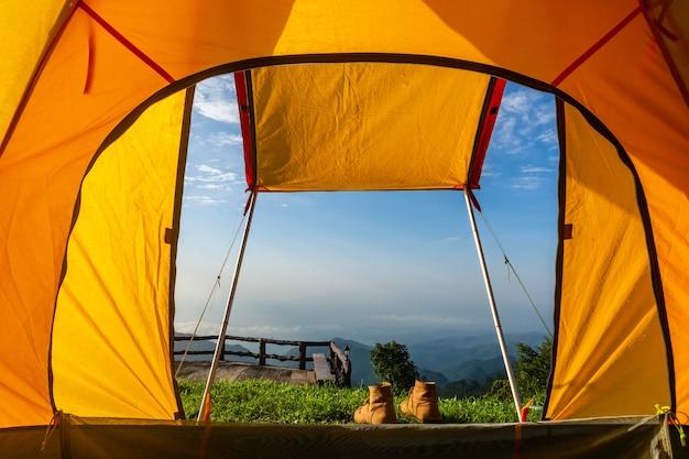Campingowi namioty na górze podczas wschodu słońca w chiang raja, tajlandia.