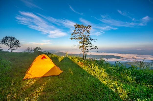 Campingowi namioty na górze w chiang raja, tajlandia.