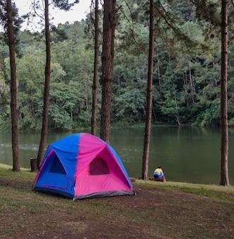 Campingowi namioty zbliżają jezioro przy ssanie w żołądku oung w mae hong synu, tajlandia