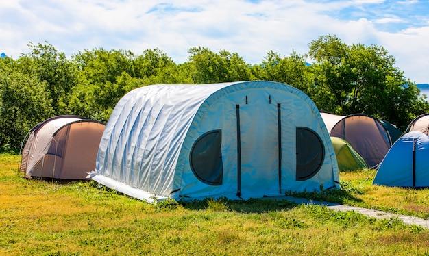 Campingowy namiot w obozowisku przy parkiem narodowym.
