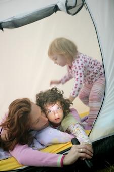 Campingowy namiot wakacje z matką i córkami