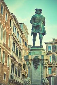 Campo san bartolomeo z pomnikiem ku czci carlo goldoni w wenecji, włochy. (został wzniesiony w 1883 r.)