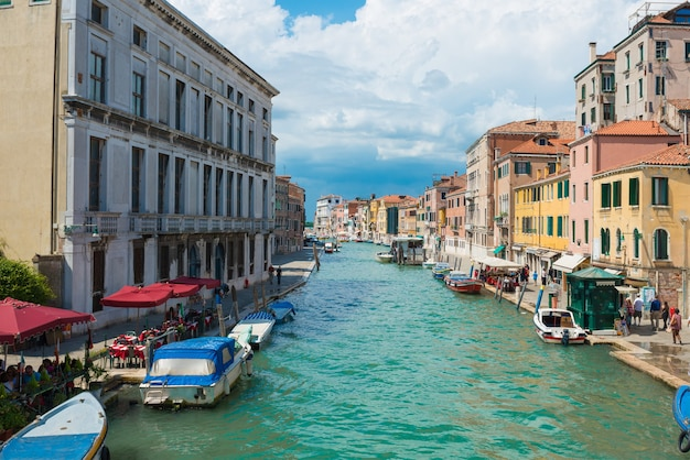 Canal grande i bazylika santa maria della salute w słoneczny dzień. wenecja, włochy. słoneczny dzień