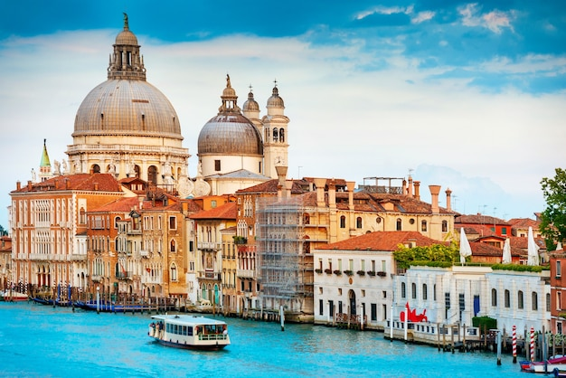 Canal grande i bazylika santa maria della salute w słoneczny dzień. wenecja, włochy