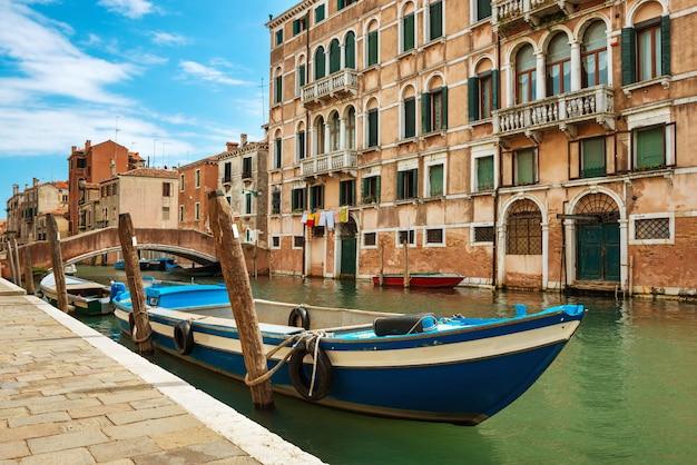 Canal grande i bazylika santa maria della salute w słoneczny dzień.