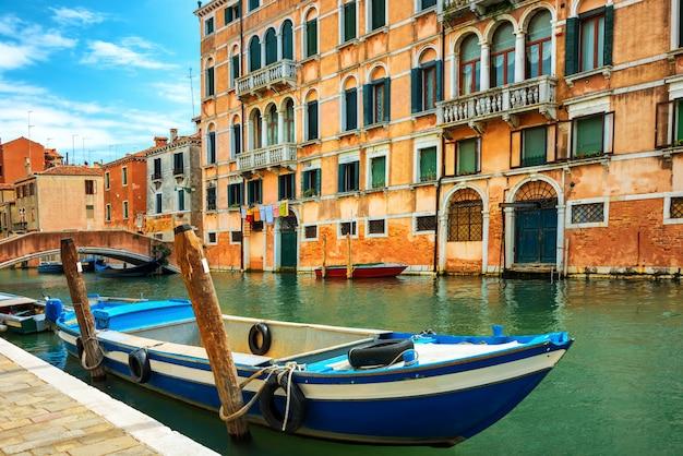 Canal grande i bazylika santa maria della salute w słoneczny dzień