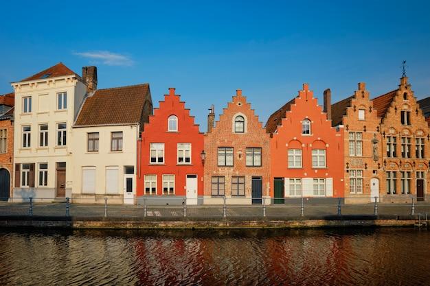 Canal i stare domy. brugia brugge, belgia