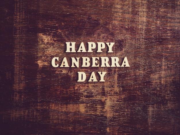 Canberra dzień na drewnianej powierzchni