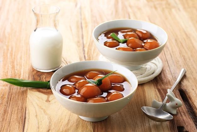 Candil Oe Jenang Grendul To Tradycyjny Słodki Deser Owsianki Z Indonezji. Wykonane Z Lepkiej Kulki Ryżowej O Okrągłym Kształcie. Podawany Z Syropem Z Cukru Palmowego I Mlekiem Kokosowym Premium Zdjęcia